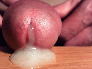 Esperma que sai do meu pau, muito de perto ......
