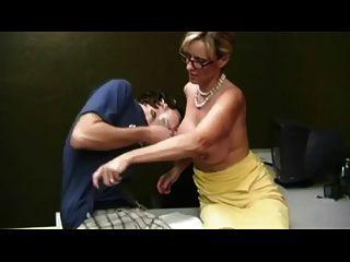 Mãe dando handjob para menino tímido por troc