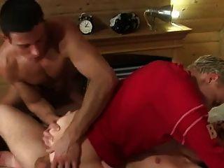 Dois rapazes fodem garotos sem bareback