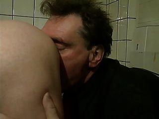 Vovó sai em uma escova