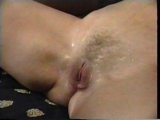 Três lésbicas lactantes espremem leite em suas bocas e lambem bichas