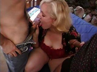 Blonde blonde chupa e fode dois galos