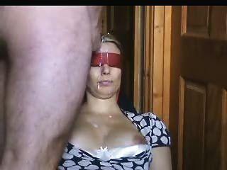 A esposa de olhos vendados fica muito irritada em seu rosto