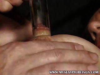 Bombeado piercing milf fodido em suas meias aneladas buceta