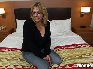 Senhora amadora com mamas grandes