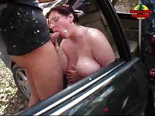 Bbw obtendo cum em seus peitos no carro