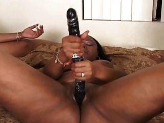 3 lésbicas negras na cama lésbica cena