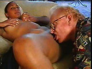 Velho homem fodido menina marrom