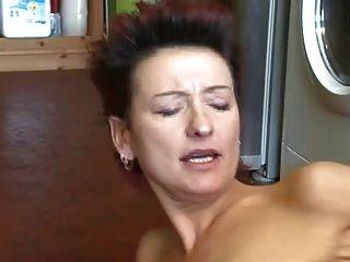 Hot milf pega o menino masturbando e deixa ele foder ela em vez disso!