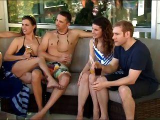Novo casal jovem vai para uma festa swingers pela primeira vez