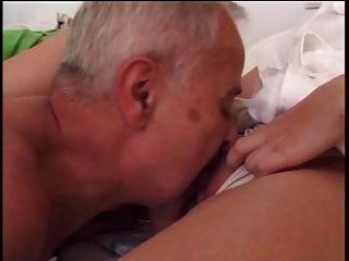 Cara mais velha fode jovem enfermeira