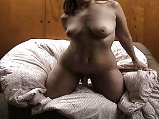 Dona de casa fazendo um vídeo para seu marido