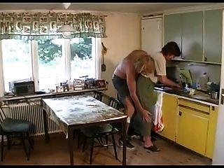 Vovó fode no salão, em seguida, a cozinha