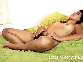 Menina faustina peludo de nicaragua brinca com seu cabelo de bichano