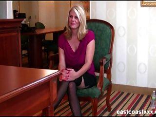Loura milf com grandes mamas recebe um creampie em entrevista de emprego