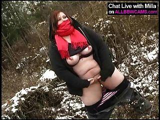 Gordura amador joga com bichano na neve