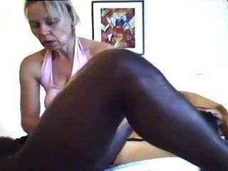 Mamãe dá uma massagem e handjob para o homem negro