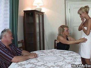 Ele encontra sua mãe e seu pai fodendo seu gf
