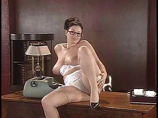 Lorna morgan tira sua lingerie e coloca sobre a mesa