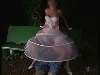 A noiva em meias ao ar livre