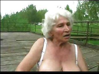 Granny norma ao ar livre com brinquedos grandes e uma chupar para terminar