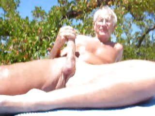 Homens mais velhos cumming na praia
