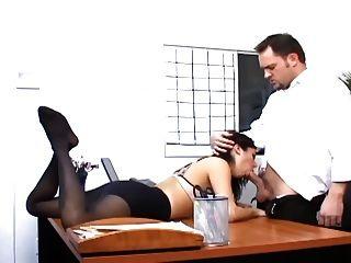 Sexo no escritório com uma secretária peituda em meias sexy