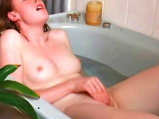 Orgasmos solteiros ruiva em banho