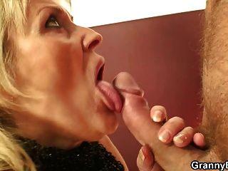 Jovem fodendo velha prostituta