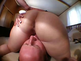 O benzinho balding lambe o bichano dos wifes após o amigo fucks a!