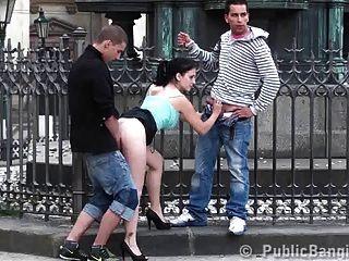 Grupo de sexo em grupo no meio da cidade parte 2