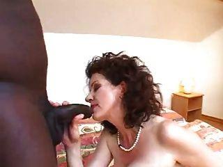 Mega peludo mamãe foda jovem negro