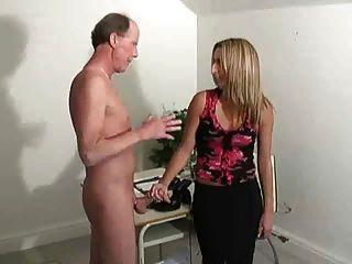 Menina quente do chefe que empurra o homem idoso f70