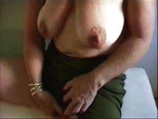 Granny quente acariciando seu clitóris grande