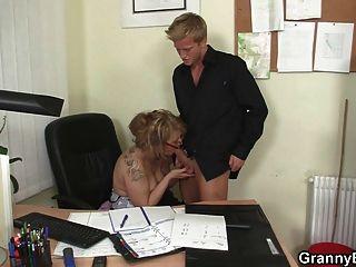Fodendo com minha senhora chefe madura