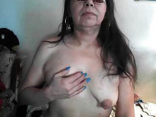 Saggy puffy grandes mamilos mais velhos na webcam