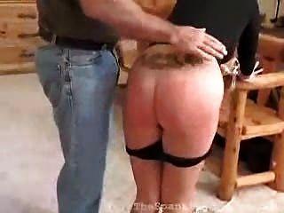 Garota loira recebe palmada por sua desobediência