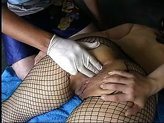 Milf amador em fishnets fisting anal