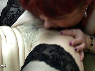 Jovem fodendo uma lésbica mais gordinha