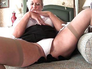 Senhora britânica sexy brincando com ela mesma