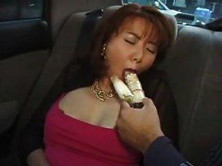 Beleza hairy asian milf penetrado com vibrador no carro