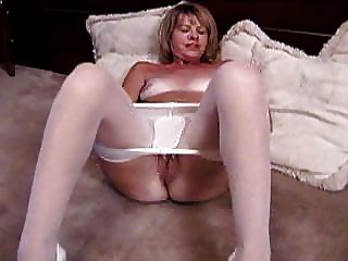 Loura madura masturba-se em meia-calça branca