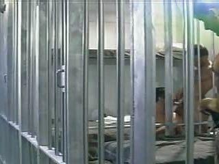 Preso é fodido por dois de seus prisioneiros, em uma cela de prisão.