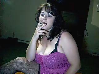 Busty mommy diz-lhe cum enquanto ela fuma pelo fogo gelo