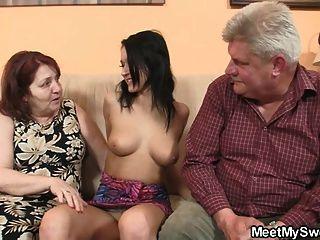 Garota desagradável fodendo com seus pais velhos bf