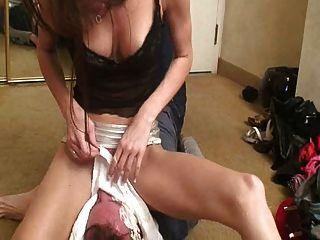 Sexy mistress facesitting seu escravo 2