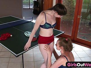 Meninas para fora ocidentais meninas amadoras lamber seus cunts peludo