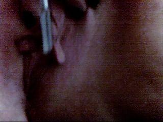 Pandora wanks seu clit grande e lábios com suas escovas de maquiagem