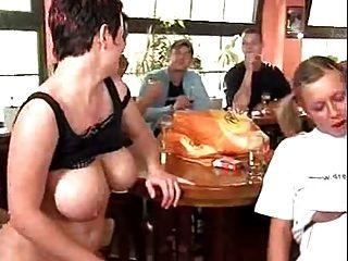 Orgia alemã no bar com lotes de pussy batendo