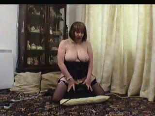 Madura em meias em sua máquina de sexo